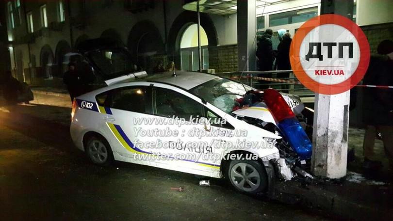 У Києві озброєні грабіжники протаранили авто поліцейських  - фото 4