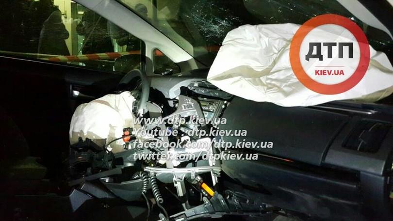 У Києві озброєні грабіжники протаранили авто поліцейських  - фото 7