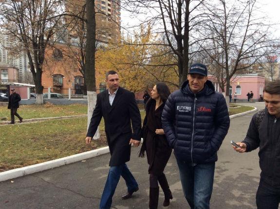 Кличко знову привів дружину і брата на голосування - фото 1