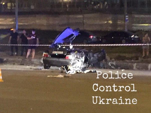 """У Харкові """"БМВ"""" влетів у бордюр та перекинувся: загинули дві людини - фото 3"""