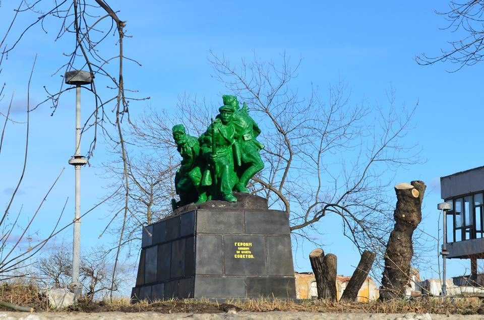 """Пам`ятник """"зеленим чоловічкам"""" у Лисичанську підняли на сміх - фото 1"""