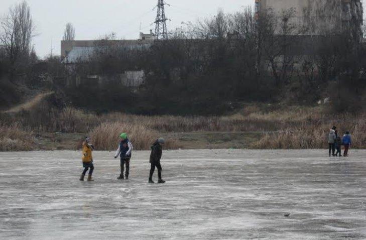 Прикарпатські рятувальники пильнують дітей, які приходять гратися до зимових водойм