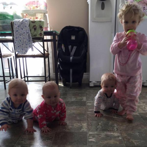 Батько 8-місячних трійнят та 2-річної доньки побив мамин рекорд із перевдягання  - фото 3