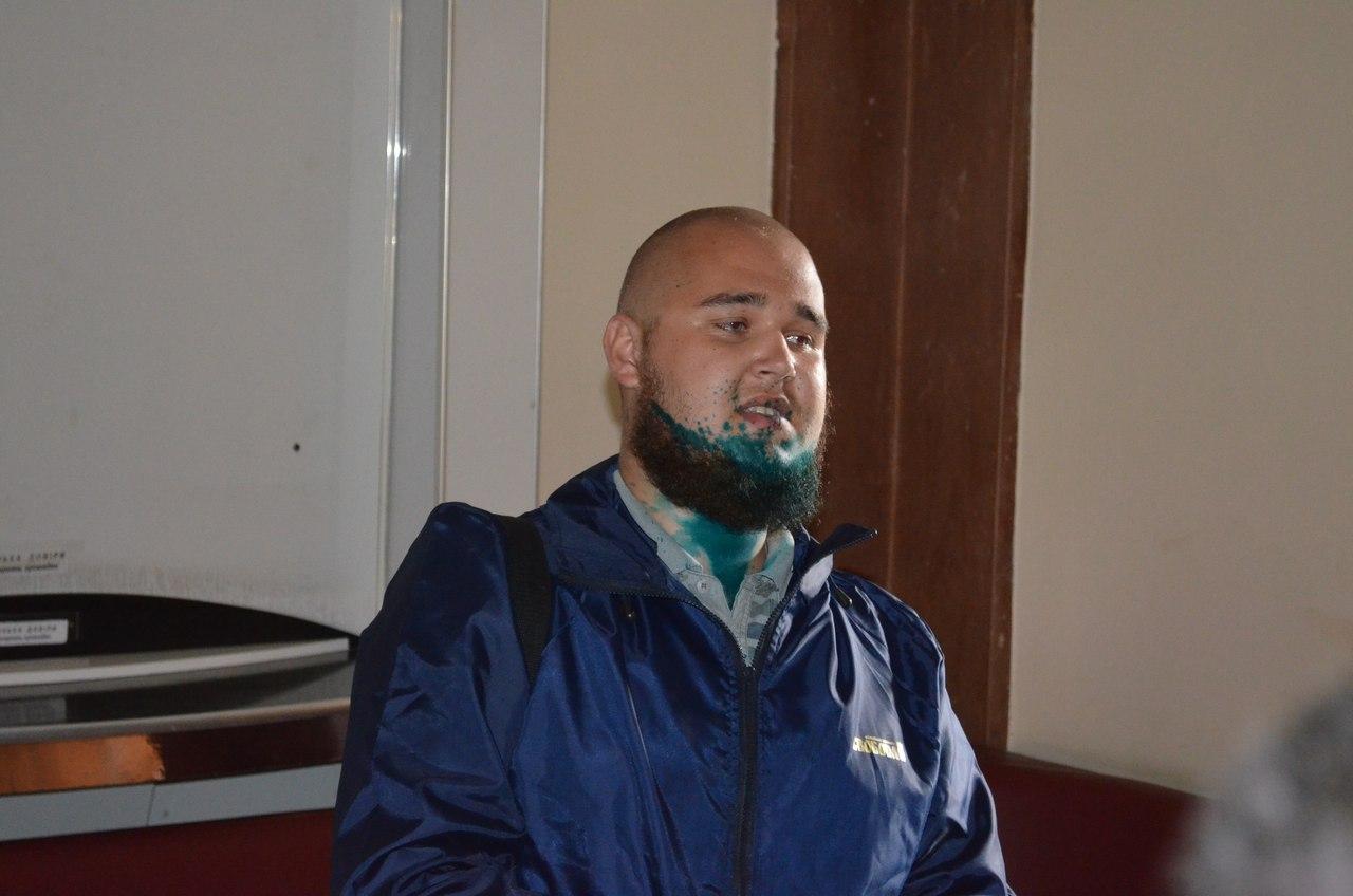 На сесії Миколаївської міськради прибічника партії Медведчука облили зеленкою - фото 3