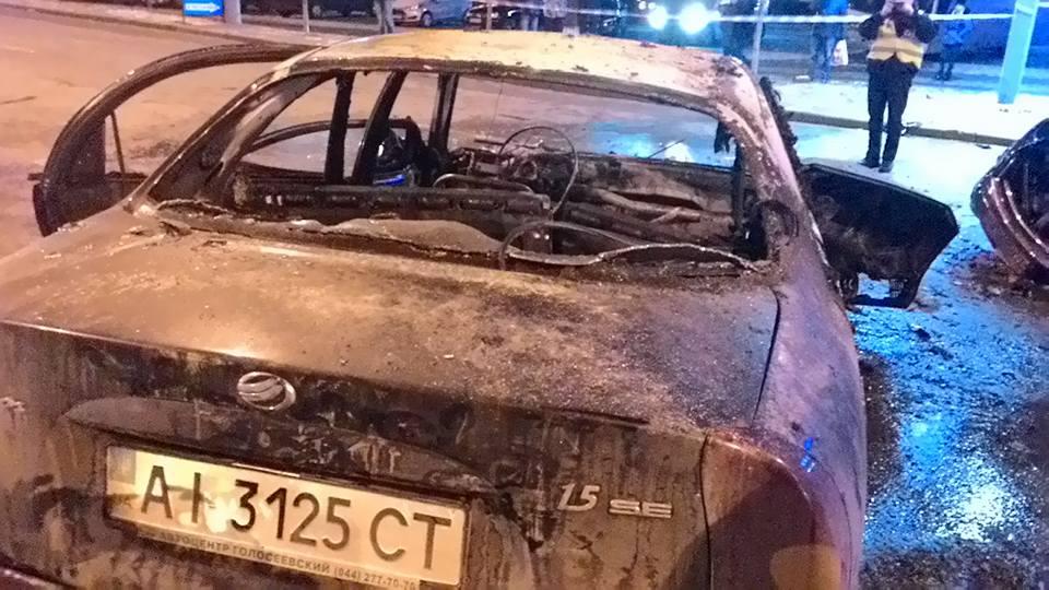 Жахлива ДТП у Києві: Одне авто згоріло, водій загинув - фото 3