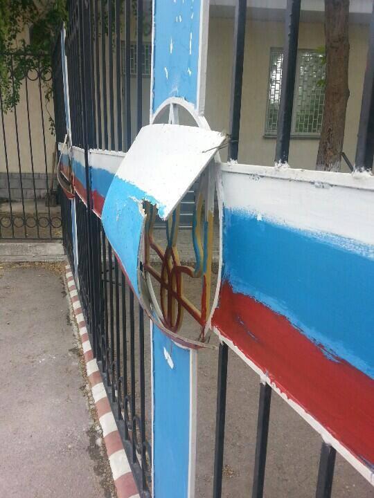 В окупованому Криму тризуби заліплюють картонками з триколором - фото 1