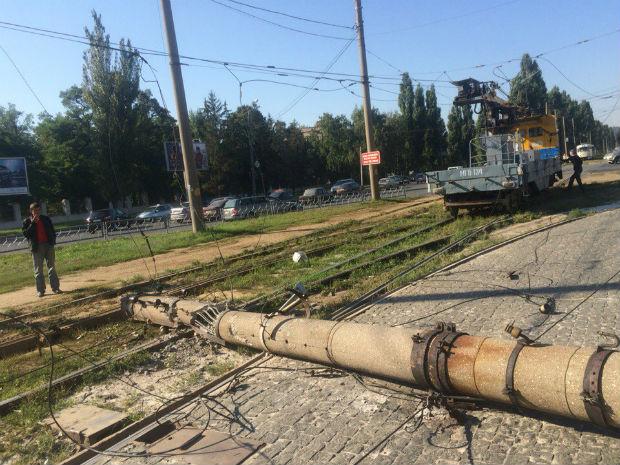 На Салтівці на трамвайні колії впала електроопора - фото 4