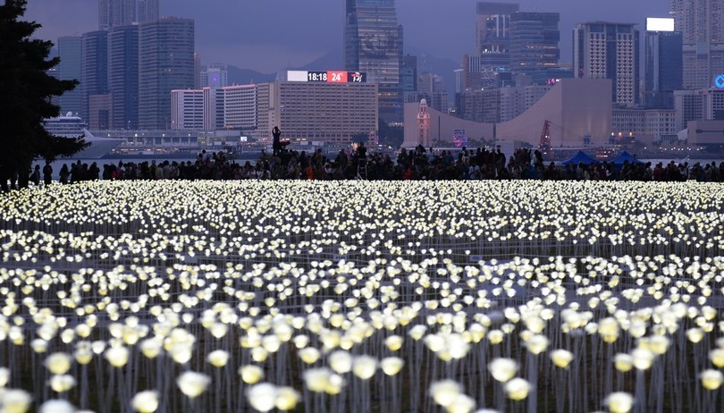 У Гонконзі запалили 25 тис білих троянд - фото 5