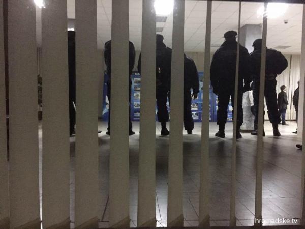 """Як протестувальники """"з боєм"""" проривалися у Криворізьку міськраду - фото 2"""