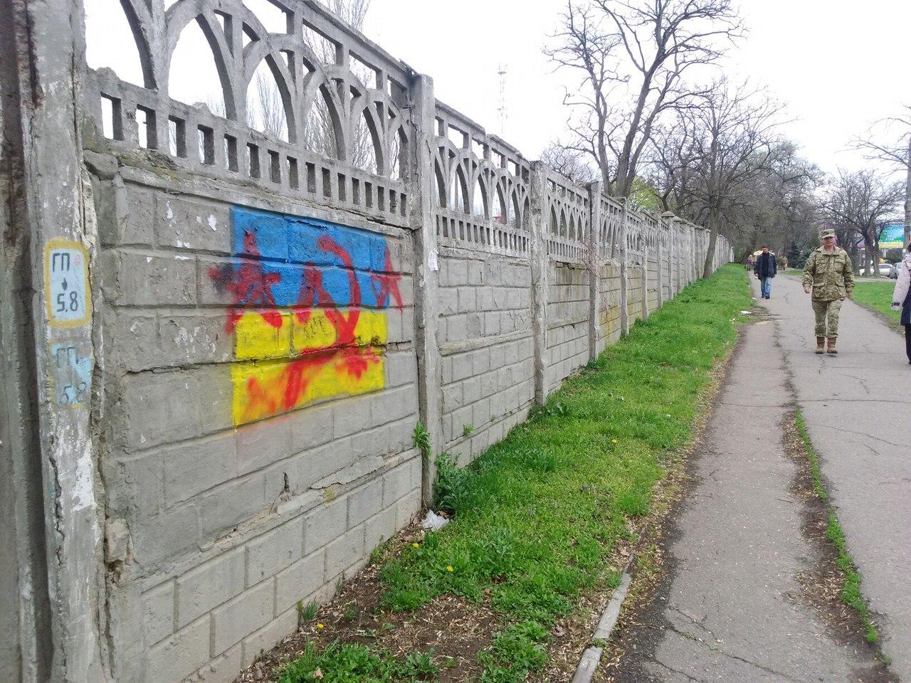 Миколаїв розмалювали комуністичними серпами і молотами - фото 4