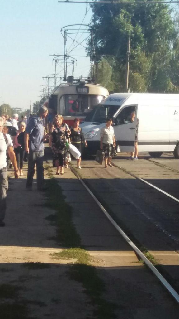 У Києві трамвай протаранив автівку  - фото 1