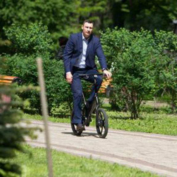 Кличко на велосипеді приїхав до посла Ізраїлю висаджувати дерева  - фото 1