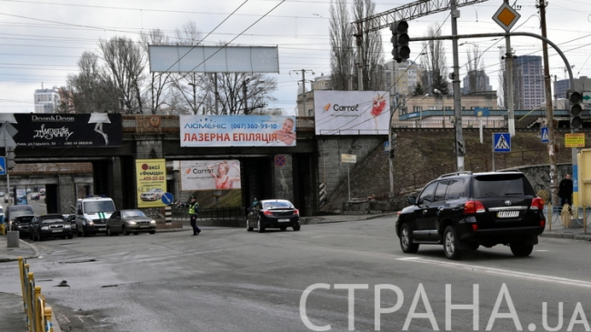 """Для Турчинова розчищають шлях: """"стирають"""" розмітку біля будинку та утворюють """"зелену хвилю"""" - фото 2"""