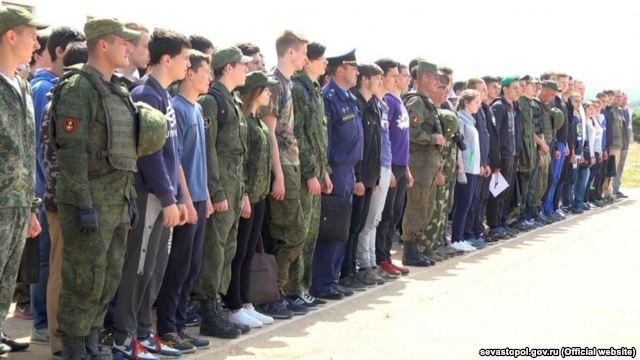 У Криму окупанти вчили стріляти з Калашниковав школярів - фото 2