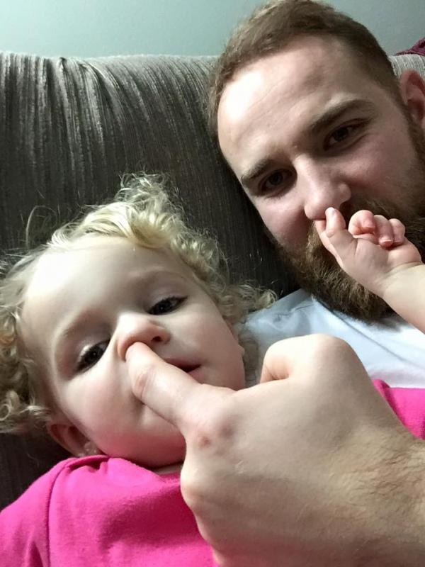 Батько 8-місячних трійнят та 2-річної доньки побив мамин рекорд із перевдягання  - фото 4