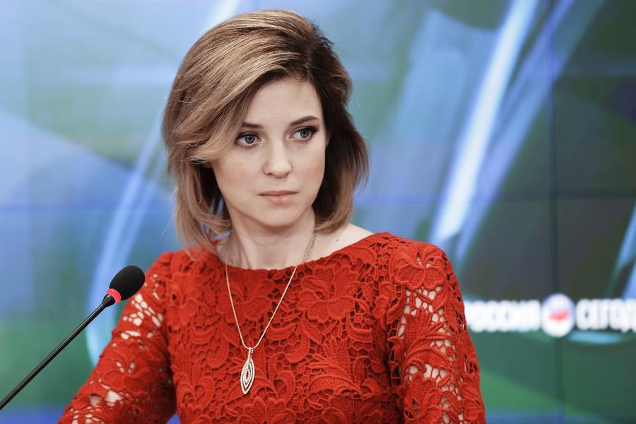 """Кримська """"Няша"""" змінила мундир на червону сукню - фото 1"""