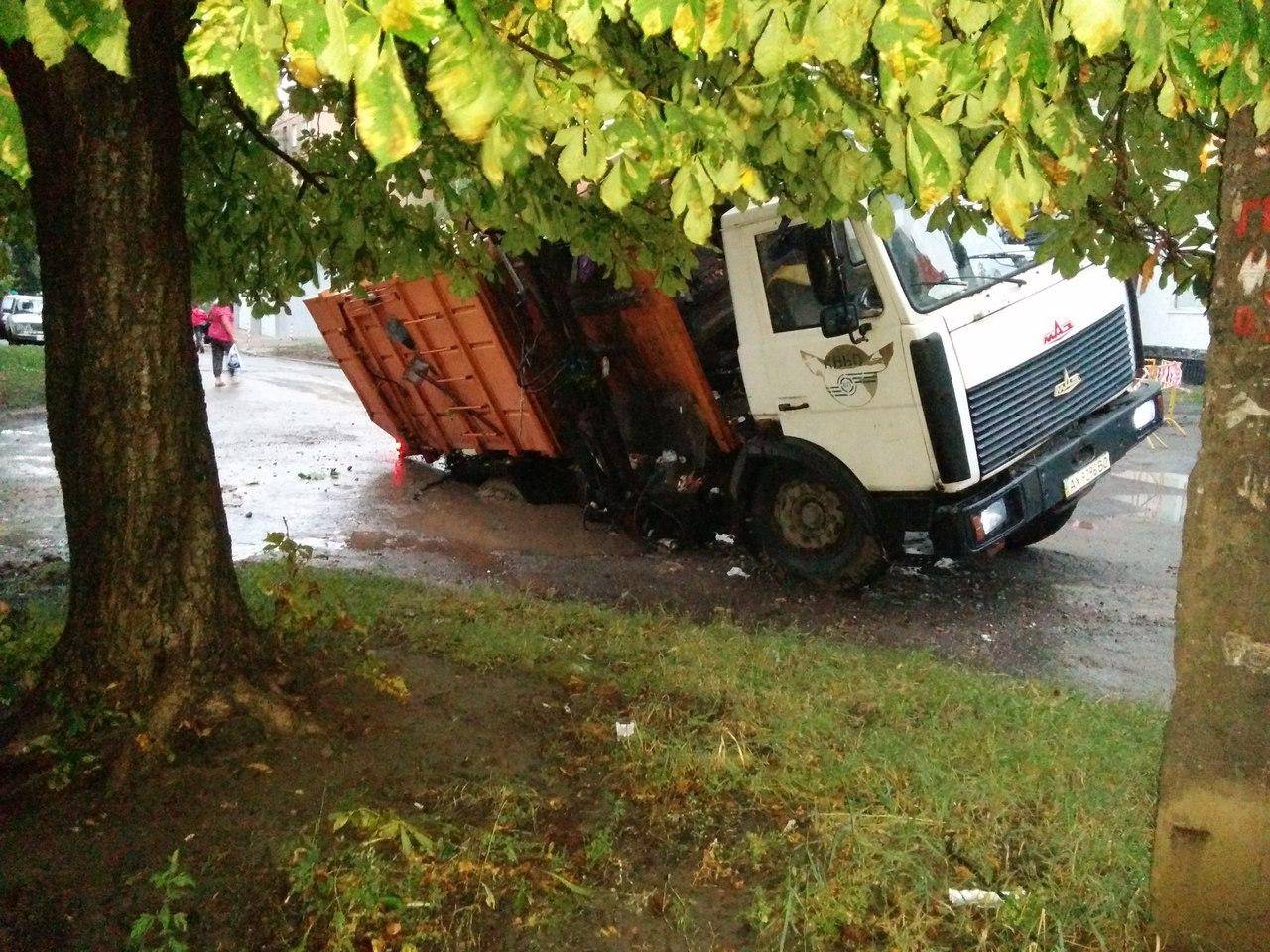 На Салтівці після зливи сміттєвоз пішов під землю  - фото 1