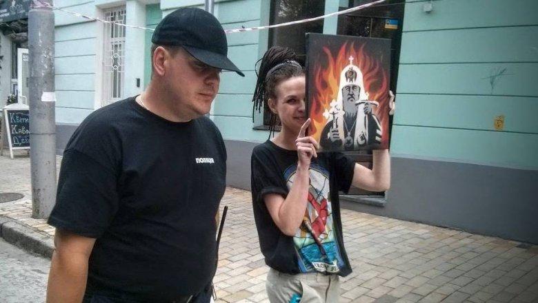 """На """"гундяєвській ході"""" поліція затримала журналістку за портрет Кирила у пеклі - фото 3"""