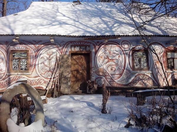 Столичний митець, який поселився у селі, розмальовує хати  - фото 3