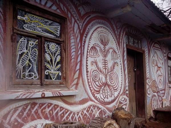 Столичний митець, який поселився у селі, розмальовує хати  - фото 1