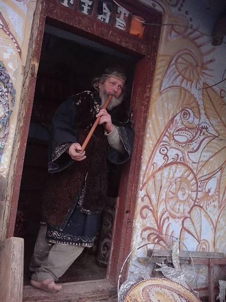 Столичний митець, який поселився у селі, розмальовує хати  - фото 2