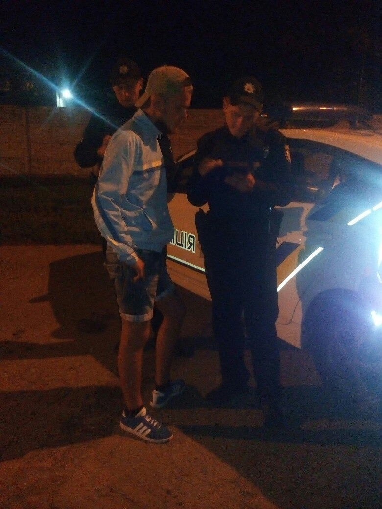 У Харкові п'яний чоловік залякував перехожих розбитою пляшкою  - фото 2