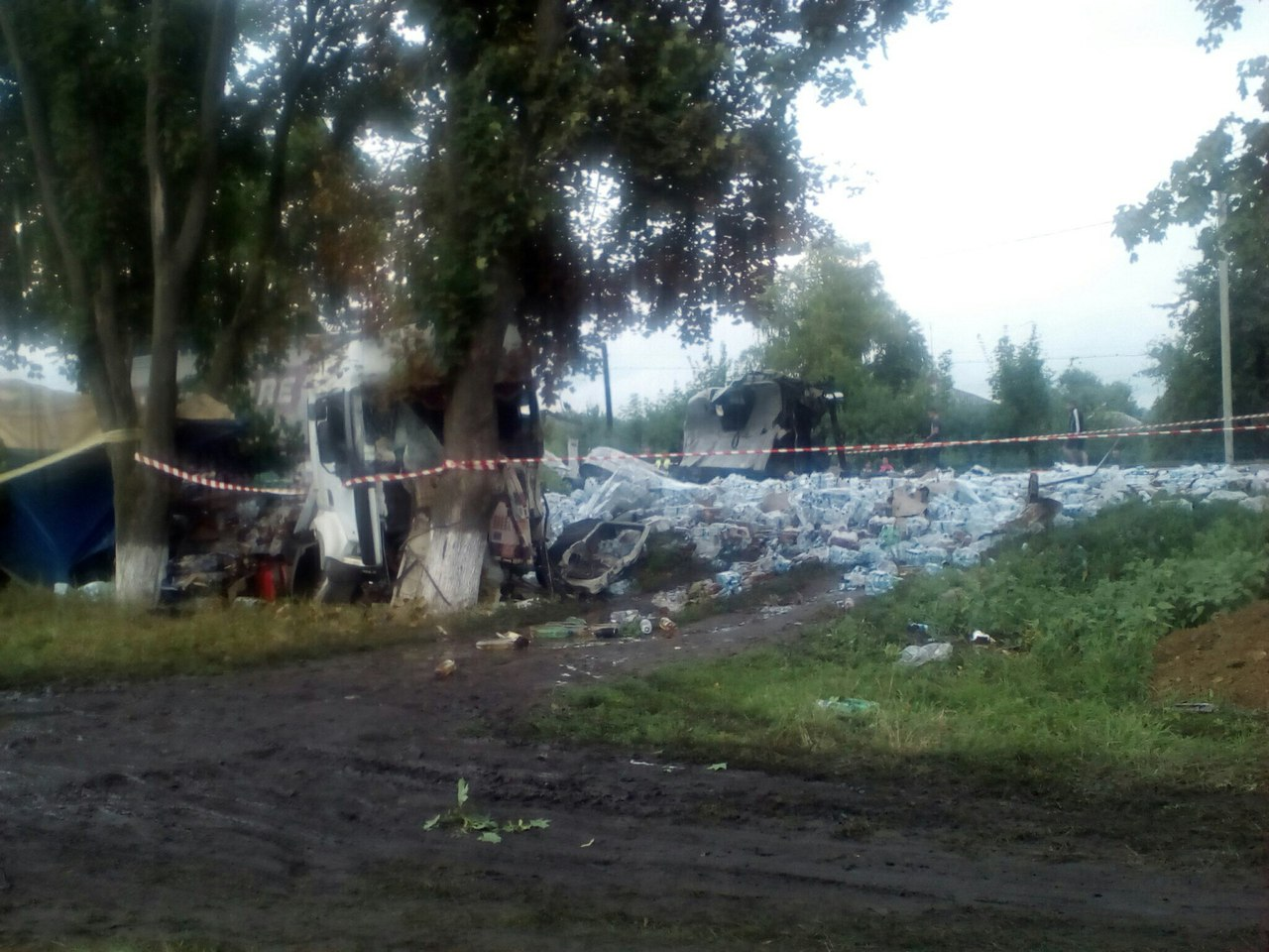 Під Харковом зіткнулися фури: одна влетіла в дерево, у іншої відрізало кабіну - фото 4