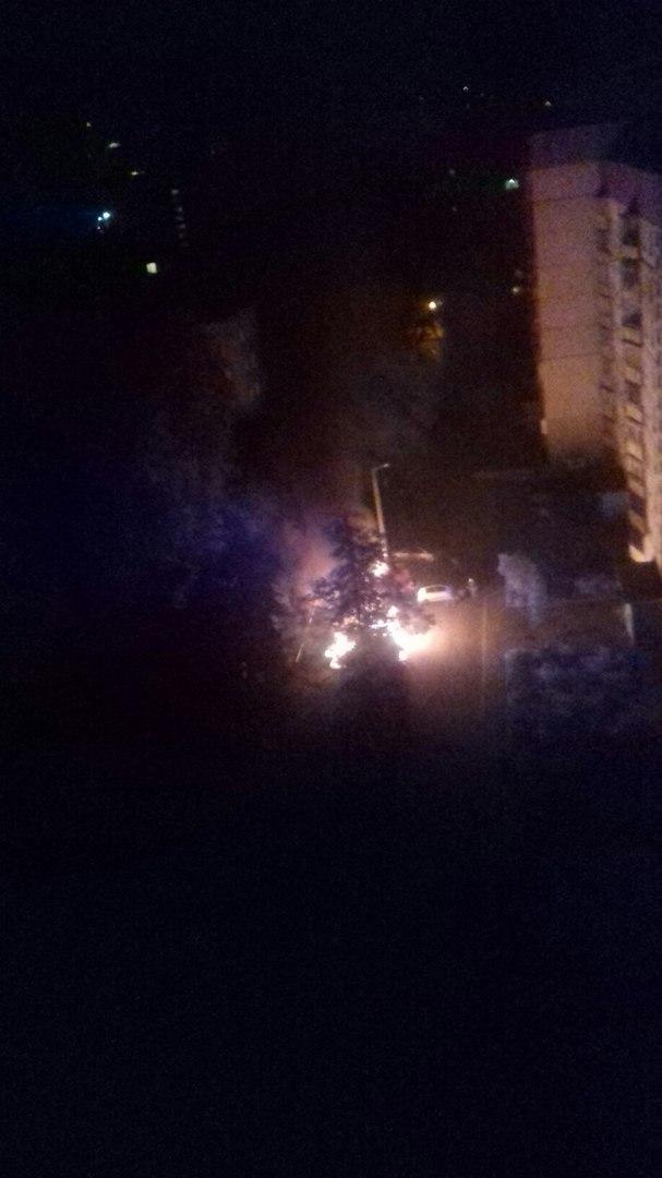 У Харкові у дворі житлових будинків палали автомобілі, - очевидці (ФОТО, ВІДЕО) - фото 1