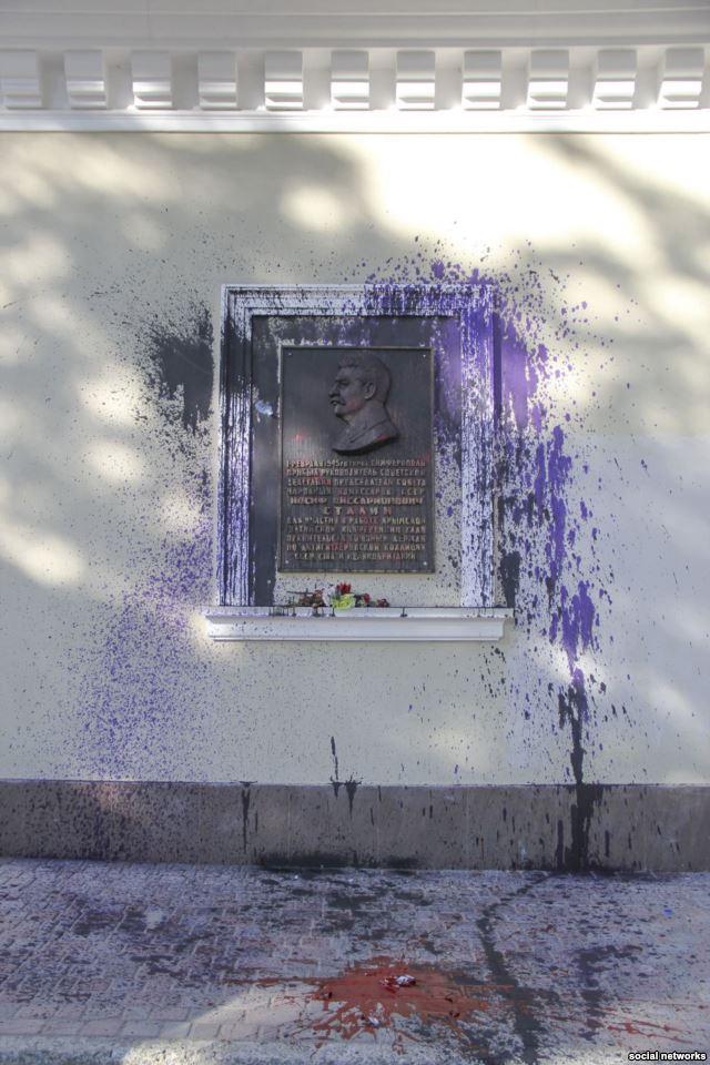 В окупованому Сімферополі знову познущалися з меморіальної дошки Сталіну - фото 1