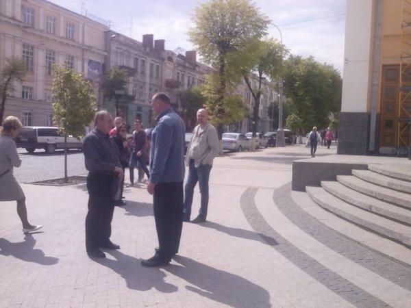 """Вінничани пікетували облдержадміністрацію, вимагаючи """"дати"""" їм світло  - фото 1"""