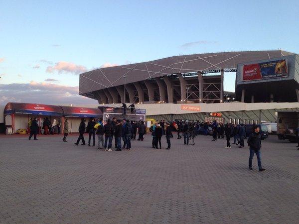 Перед матчем Україна - Словенія вболівальників морять голодом  - фото 1