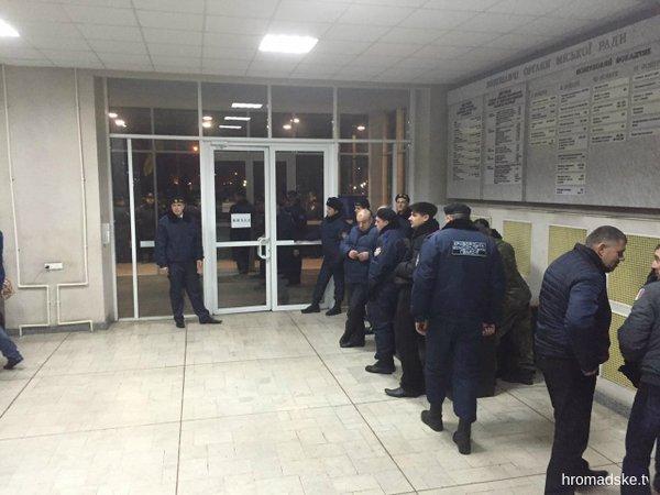 """Як протестувальники """"з боєм"""" проривалися у Криворізьку міськраду - фото 4"""