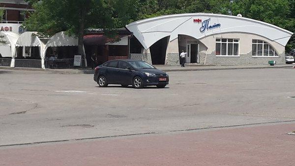 У будівлі аеропорту Ростова порожня машина з дипномерами (ФОТО ФАКТ) - фото 1