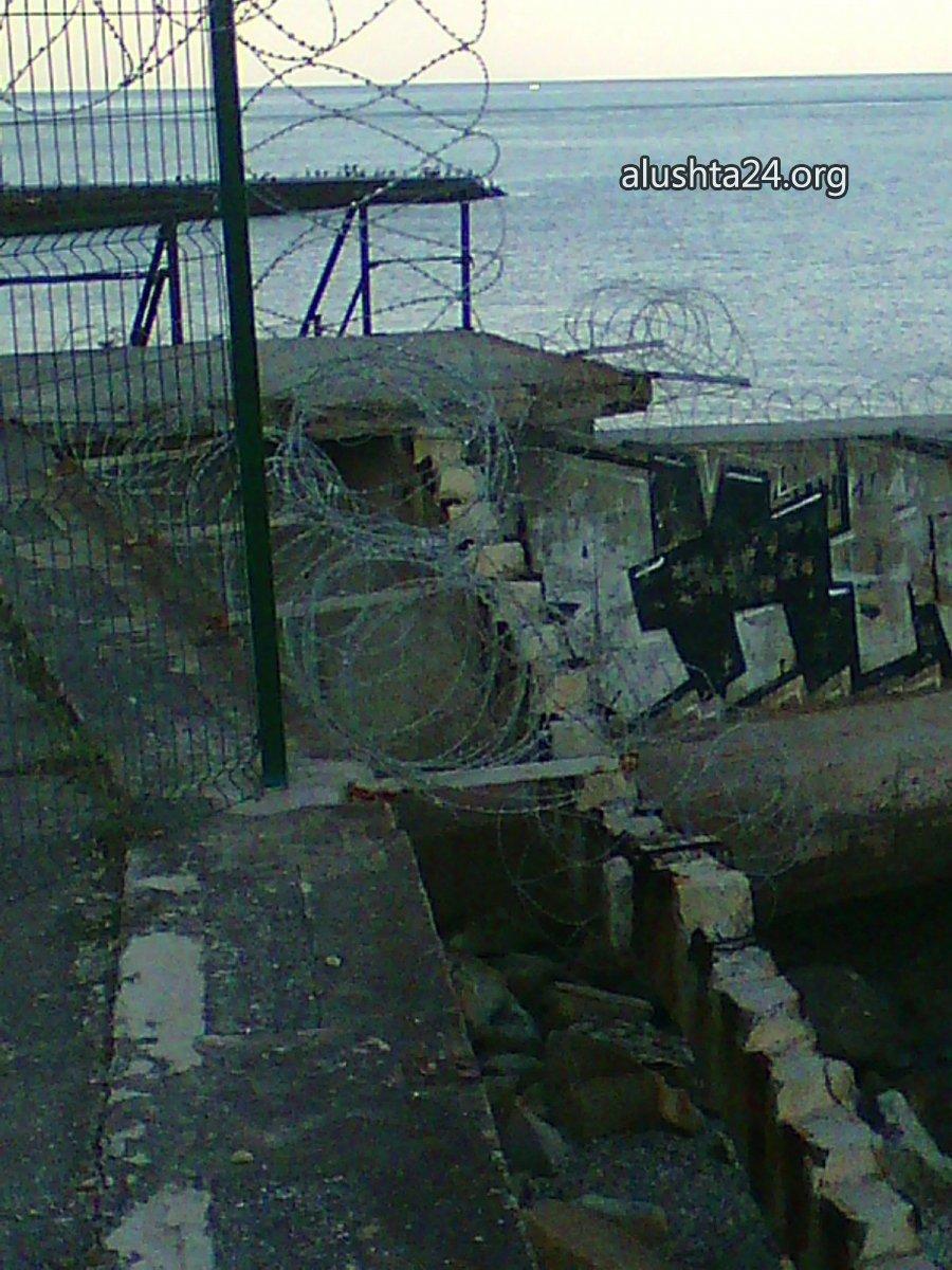 Все для туристів: В окупованій Алушті прохід до моря загородили колючим дротом - фото 4