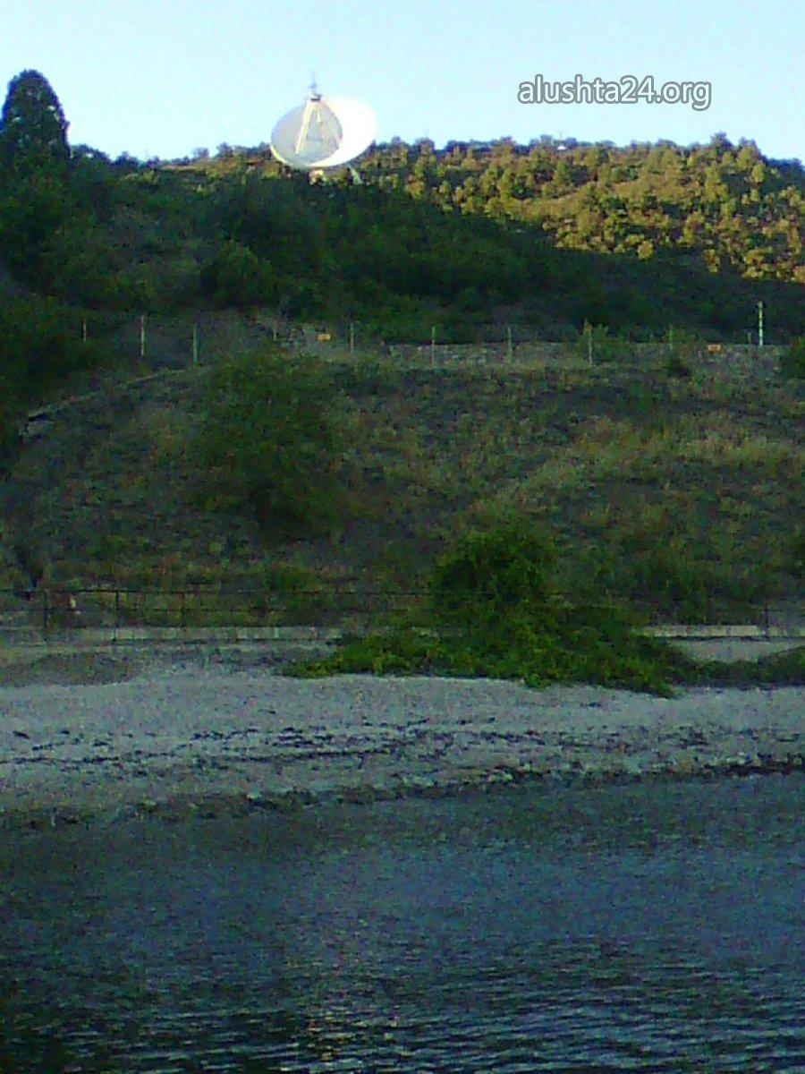 Все для туристів: В окупованій Алушті прохід до моря загородили колючим дротом - фото 3