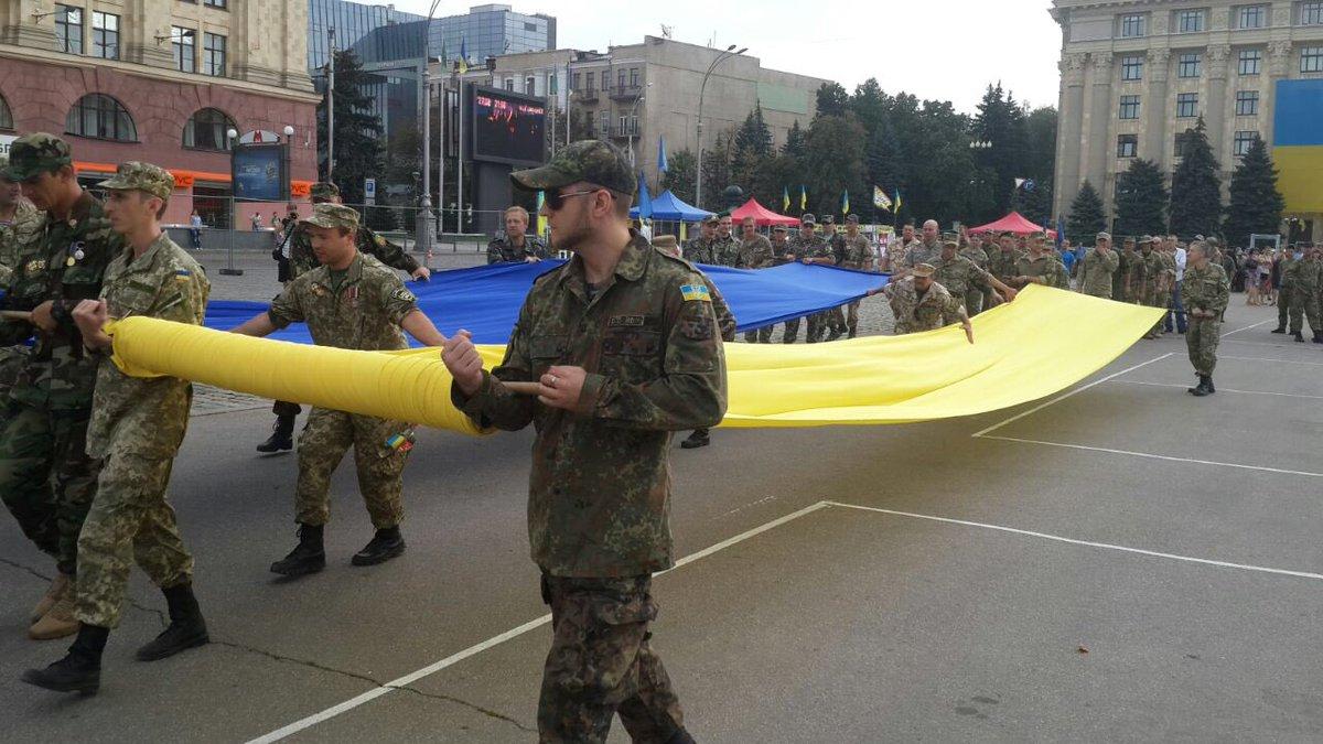 На майдані Свободи розгорнули величезний прапор України - фото 1