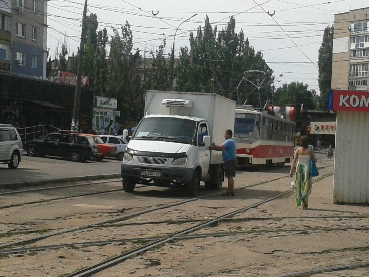 У Миколаєві нахабні водії продовжують блокувати рух трамваїв - фото 1