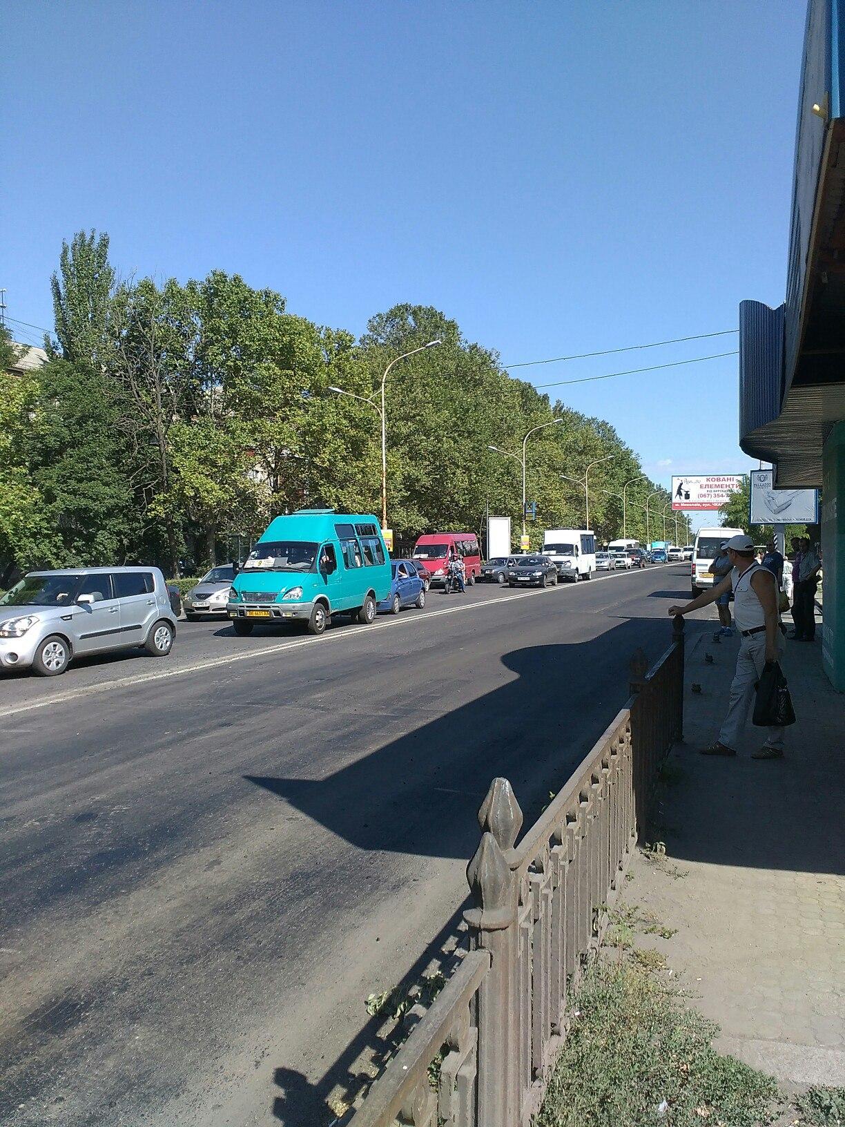У Миколаєві дорожники спровокували величезний затор
