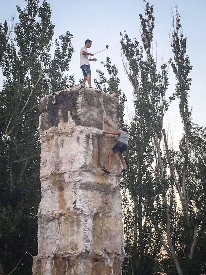 У Миколаєві підлітки вилізли на напіврозвалений постамент Леніну за селфі - фото 1