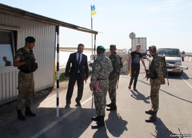 """Пропускні пункти на """"кордоні"""" з Кримом Україну не красять (ФОТО) - фото 3"""