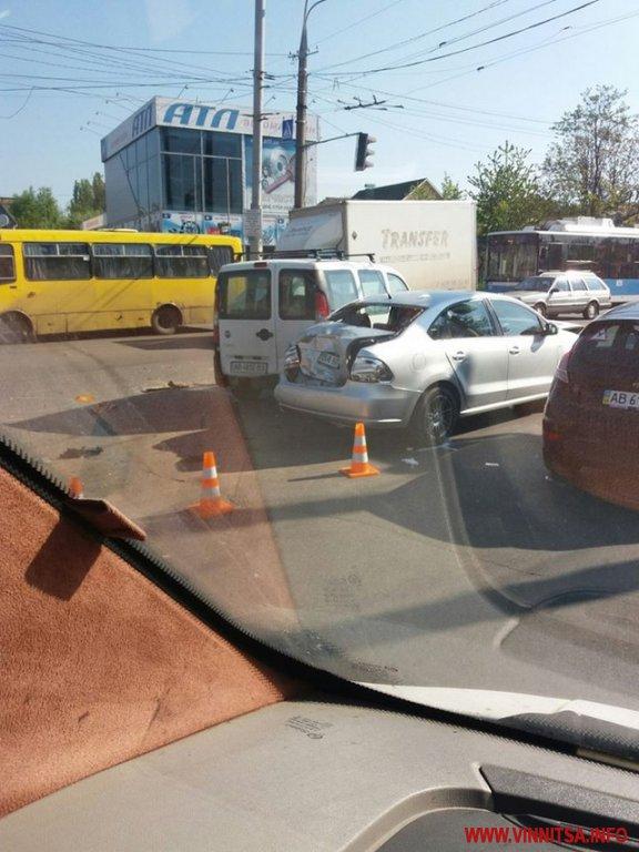 У Вінниці автобус зіштовхнувся з двома легковиками - фото 1