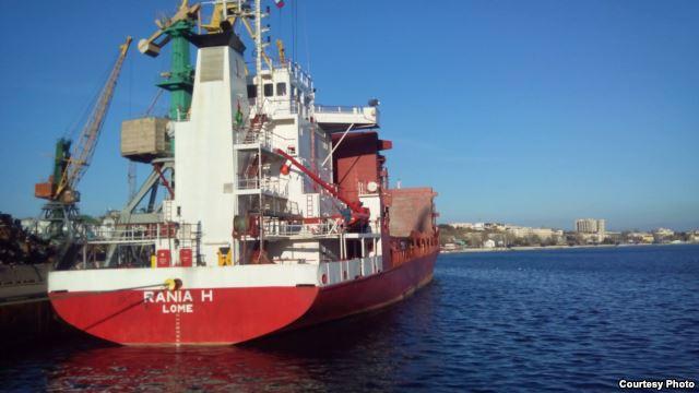 В порти Криму зайшли танкер з прапором Монголії і вантажне судно з прапором Того - фото 2