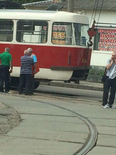 На Москалівці трамвай злетів з рейок при повороті  - фото 1