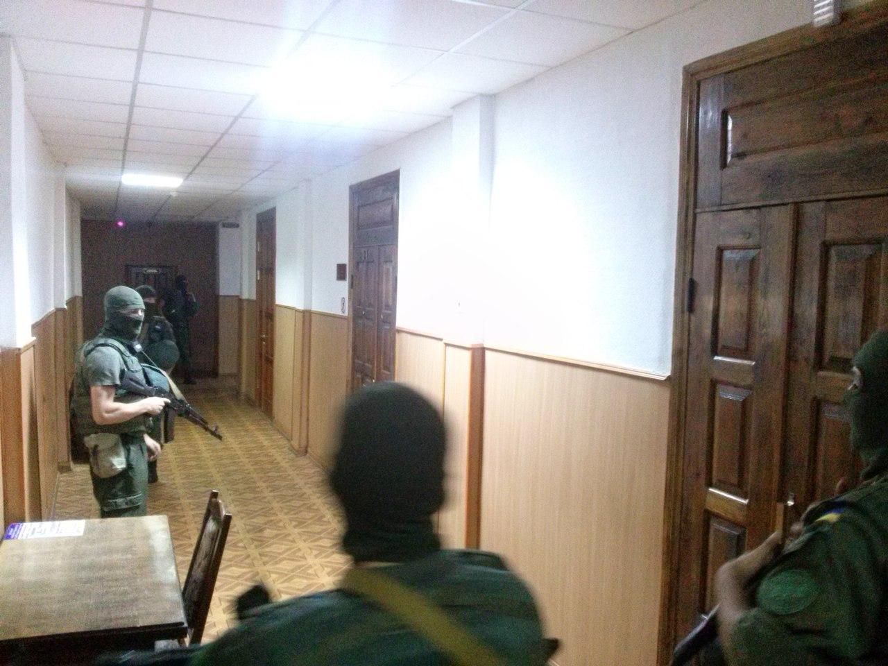 У Харкові Штепу доставили в суд собака та озброєні чоловіки  - фото 1
