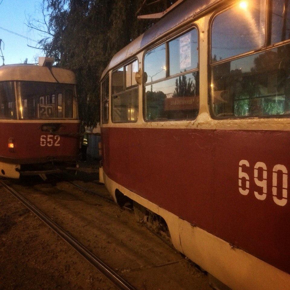 На Салтівці трамвай ледь не в'їхав у кіоск  - фото 2
