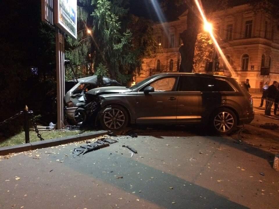 """У центрі Харкова Audi зім'яв """"ВАЗ"""": є постраждалі - фото 1"""