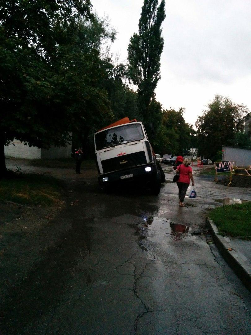 На Салтівці після зливи сміттєвоз пішов під землю  - фото 4