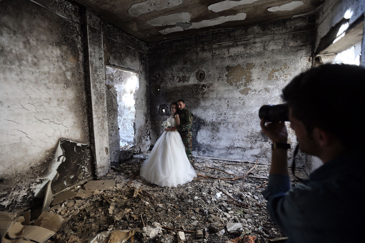 Як молодята робили фотосесію у знищеному авіаударами сирійському місті  - фото 1
