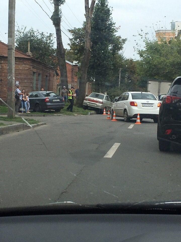 """У Харкові не поділили дорогу """"Кіа"""" та """"ВАЗ"""" - фото 1"""