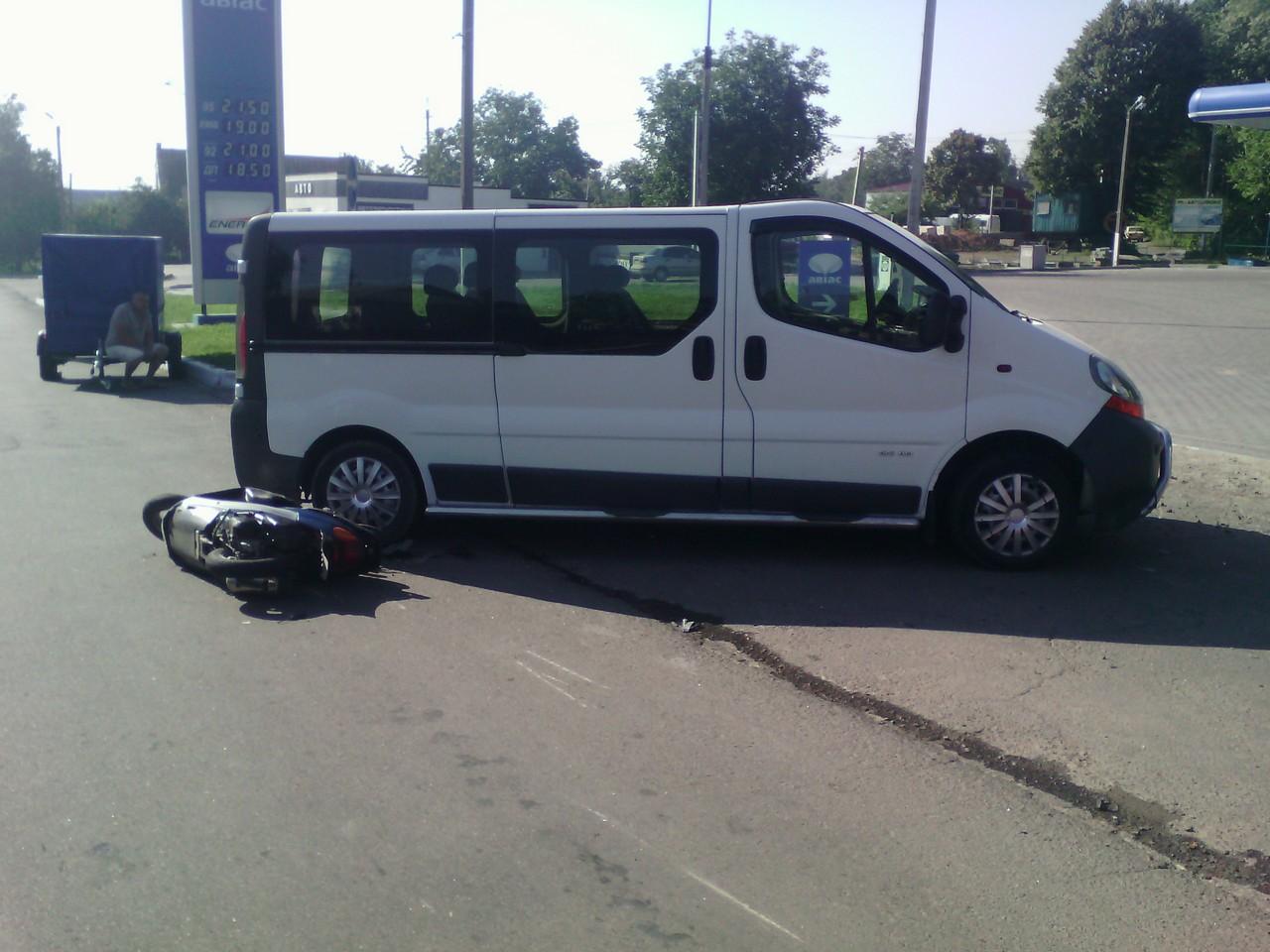На Вінниччині скутериста діставали з-під мікроавтобуса - фото 1